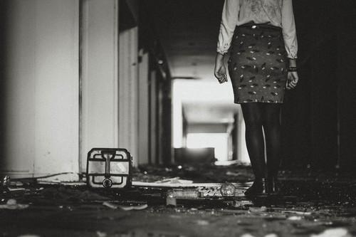 Risultati immagini per donna abbandonata