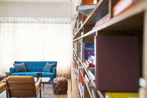 Blauwe Design Bank.Boekenplank En Blauwe Bank Gratis Achtergronden