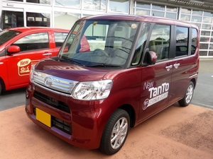 Red van called Daihatsu TanTo G